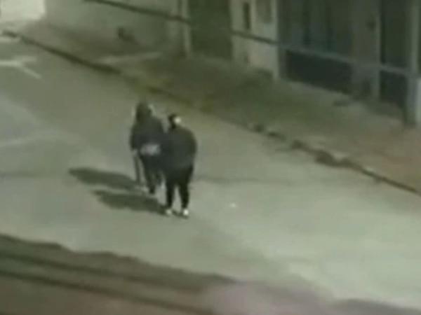 Personas caminan para atrás a medianoche por las calles: vecinos están atemorizados